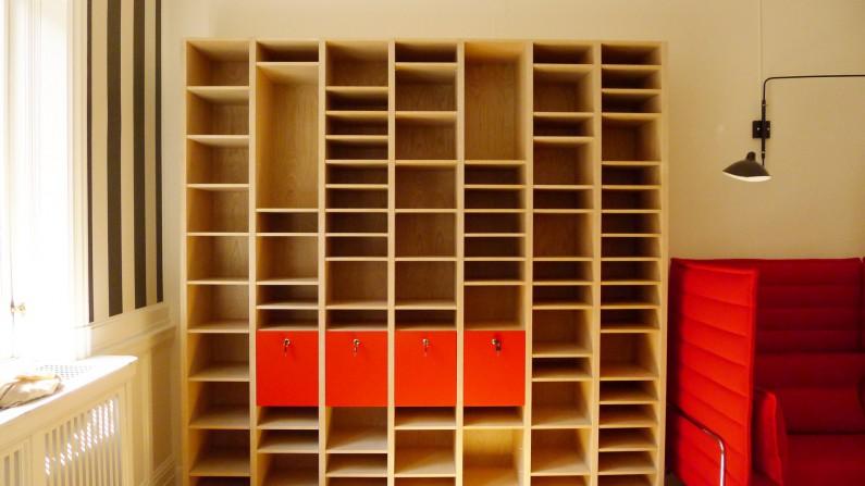 Scandinavian architecture, danish design, arkitektur, indretning, dansk design, Scandinavian design, design, modern design, enkel design, kontor indretning, bogreol, opbevaringsplads, opslagstavle, simpel design, farver