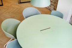 design office, pastelfarver, indretning, grønne nuancer, danish design, arkitektur, indretning, hay stol, hay bord, scandinavian design, rå væge,