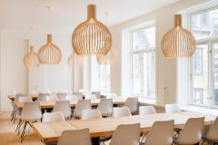 dansk indretning, træ pendel, Charles Eames, kantine, dining room, dining hall, arkitektur, træborde, lysindfald, nordic design, danish design, arkitektur,