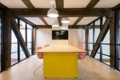 Scandinavian architecture, danish design, arkitektur, indretning, dansk design, Scandinavian design, design, mødelokale, gule nuancer, fladskærm, design lamper, modern design,
