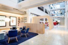 dansk indretning, TV2 indretning, dansk arkitektur, blå indretning, polstret stol, tekstil, kvadrat, east river chair, opbevaring, show case, gang bro